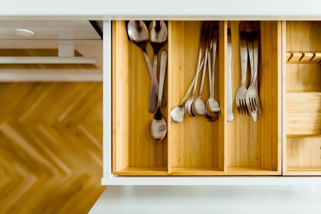 En una cocina siempre nos hace falta sitio. En esta entrada encontrarás 5 trucos infalibles para organizar tu cocina.